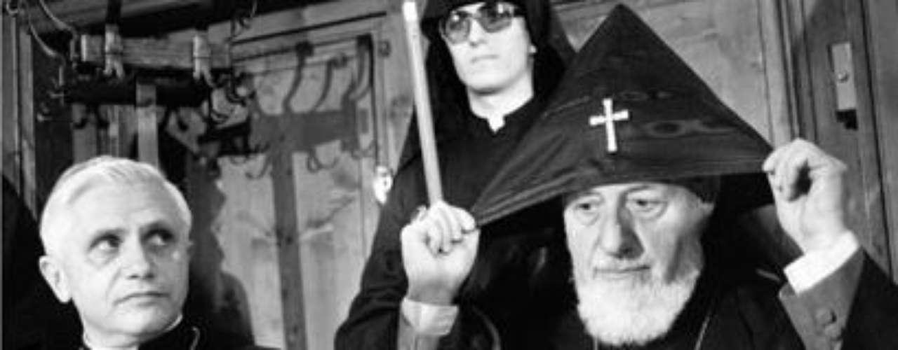 1981: Es nombrado prefecto de la Congregación para la Doctrina de la Fe. Esta congregación es responsable de imponer la ortodoxia católica. El cardenal Ratzinger, izquierda, junto con el líder de la iglesia Ortodoza Armenia, Vasken I Baldyan, en 1981.