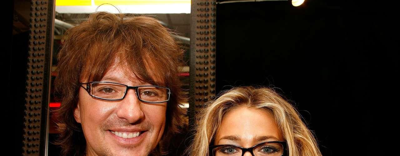 Denise Richards y Richie Sambora. Es del conocimiento de muchos que Denise Richards era muy amiga de Heather Locklear hasta que se descubrió que Richie Sambora, entonces esposo de Heather, tenía un amorío con Denise.