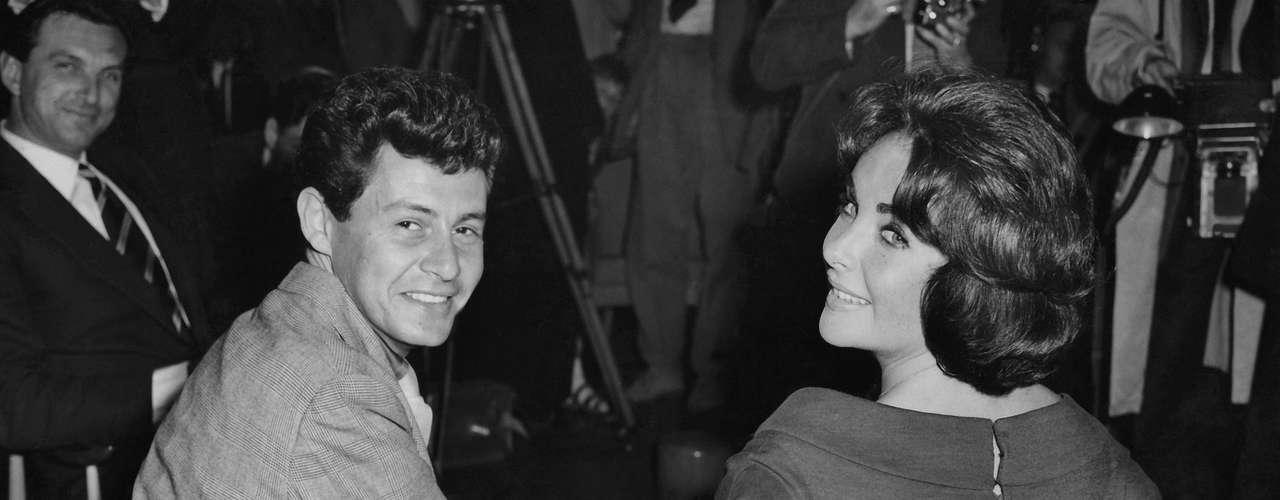 Elizabeth Taylor y Eddie Fisher. Eddie conoció a Elizabeth y quedó locamente enamorado de ella. Fisher abandonó a Debbie Reynolds y se casó con Taylor para que ésta después se divorciara de él para casarse con otro hombre.