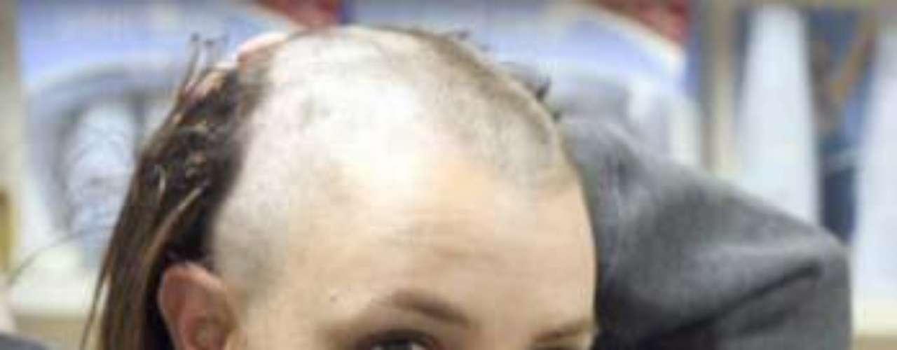 Britney Spears, en un momento de locura, optó por raparse la cabeza, quedando como un bello chico.