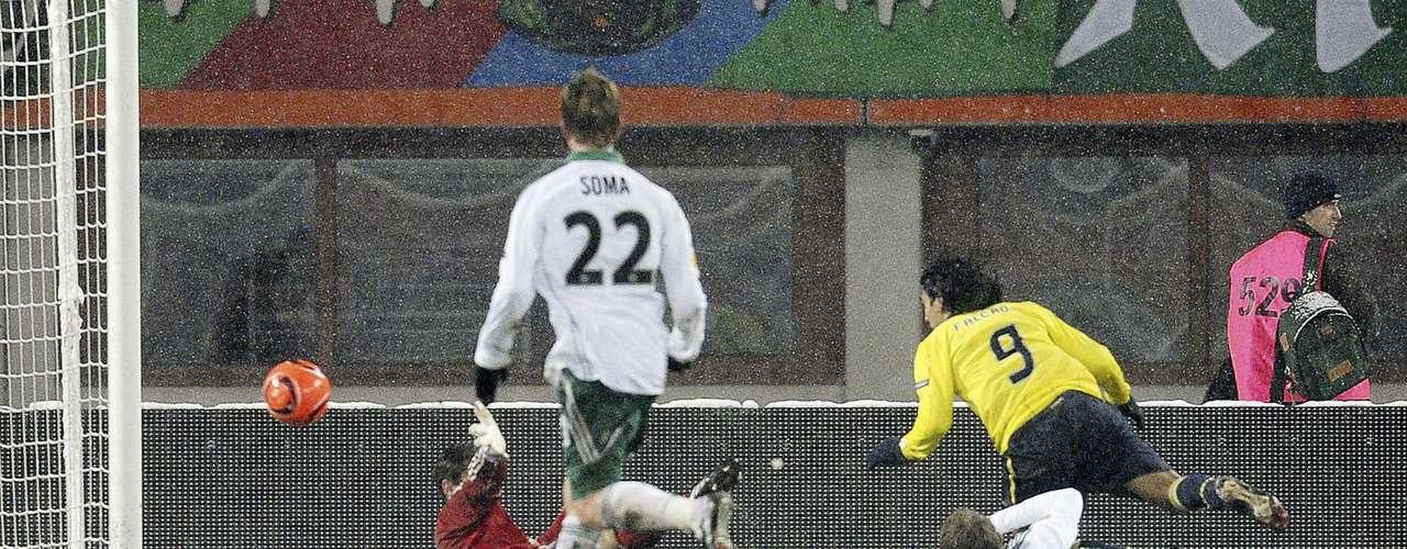 A Falcao poco le importó la inclemencia del clima y marcó su primer tripleta en la competencia ante el Rapid Viena en el estadio Ernst-Happel-Stadion.