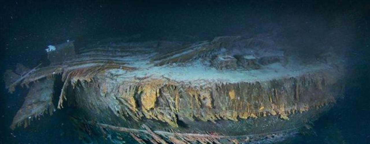 Con el timón hincado en la arena y dos aspas de una hélice asomando entre el fango, la maltrecha popa del Titanic yace en la llanura abisal, 600 metros al sur de la proa, mucho más fotografiada. Esta imagen es una combinación de 300 fotografías de alta resolución tomadas en una expedición de 2010.