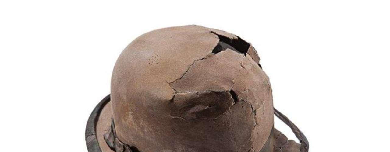En una época en que el atuendo definía al hombre, este sombrero de bombín, de fieltro de pelo de conejo, debió de pertenecer a un hombre de negocios.