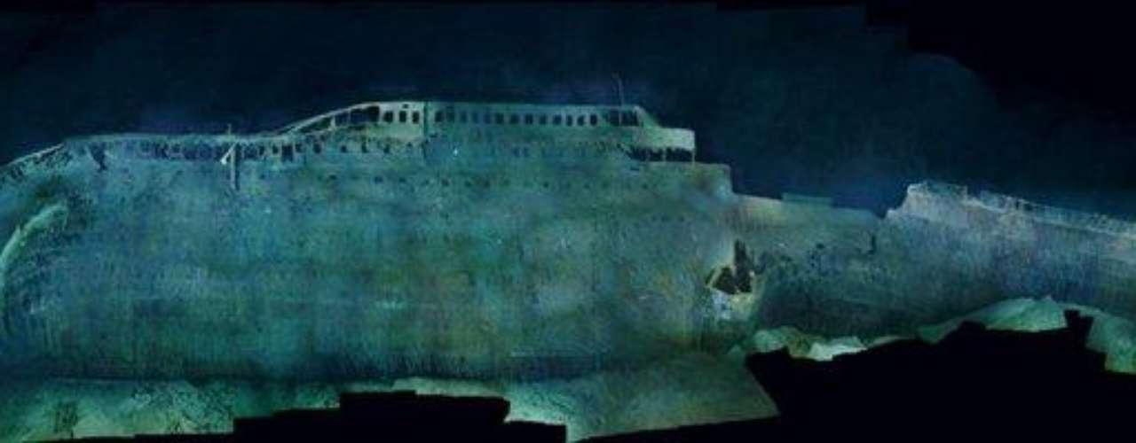 Las primeras panorámicas completas del legendario pecio: Como se aprecia en el perfil de estribor, el Titanic se combó al chocar con el fondo, y el casco delantero quedó enterrado en el fango, lo que oculta, tal vez para siempre, las heridas mortales infligidas por el iceberg.