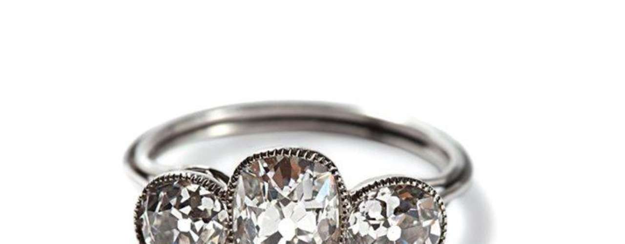 Este anillo de platino y diamantes fue hallado en una bolsita de piel. Las mujeres lucían joyas como esta en los suntuosos actos sociales del barco.