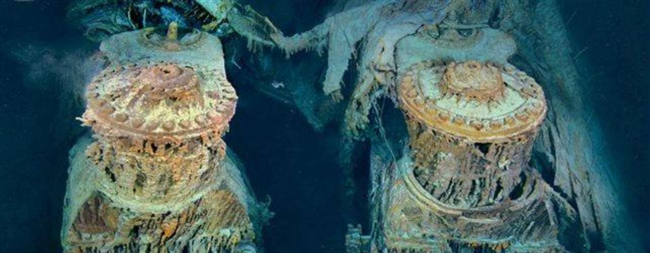 Dos motores del Titanic han quedado al descubierto a través de una brecha de la popa. Cubiertos de «carámbanos de óxido», estalactitas naranjas formadas por bacterias que se alimentan de hierro, estas colosales estructuras de cuatro pisos de altura propulsaron en el pasado al mayor objeto móvil construido por el hombre.