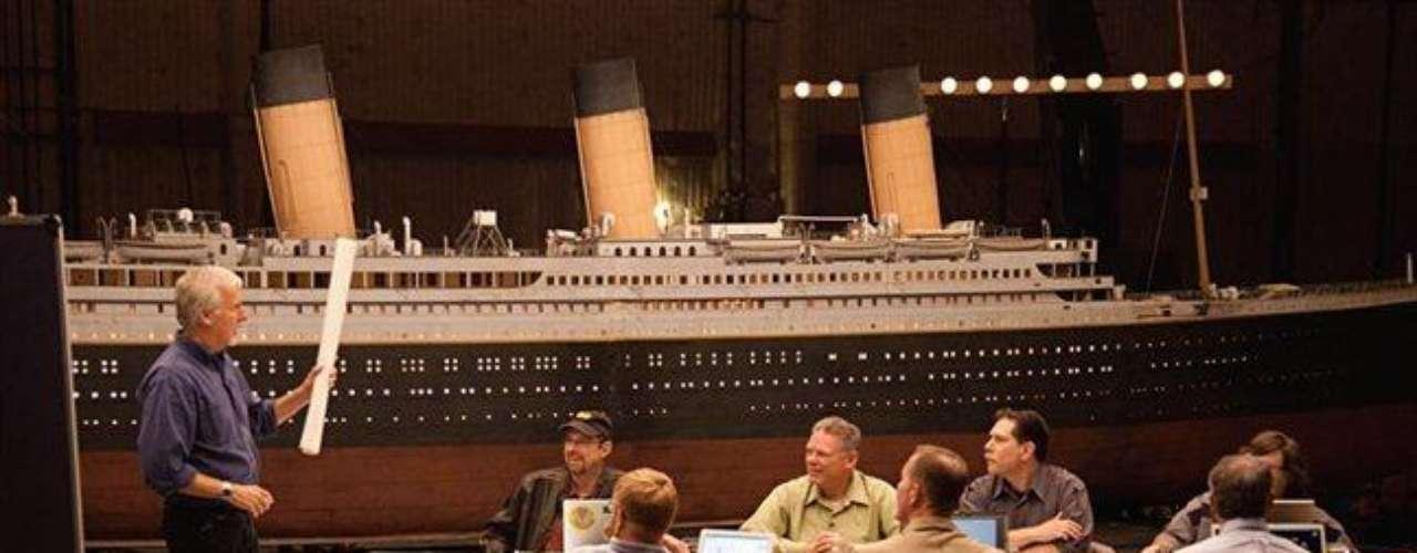 James Cameron reúne a expertos del Titanic en un estudio cinematográfico de California para intercambiar ideas sobre el modo en que el barco se hundió y se partió. Entre las herramientas de su investigación: una maqueta de 12 metros, muchas horas de vídeo del propio pecio, mapas del yacimiento y simulaciones del hundimiento realizadas con ordenador.