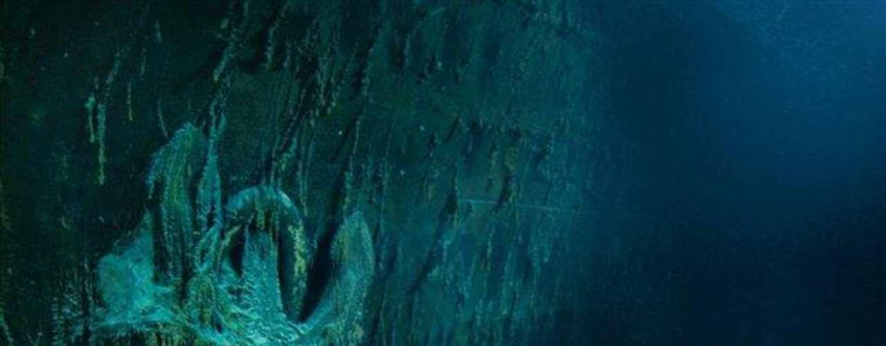 Cargada de carámbanos de óxido, un ancla de 15 toneladas cuelga del costado de babor del barco. El ancla de estribor se utilizó en las escalas de Cherburgo (Francia) y Queenstown (Irlanda), pero esta nunca se empleó. Sobre el sedimento del lecho marino yace una sección caída de la barandilla de acero de la proa.