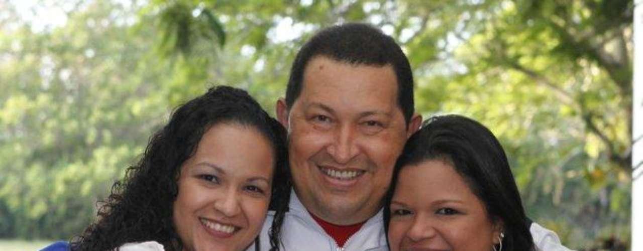 Sus hijas Rosa Virginia (izq) y María Gabriela; ambas fruto de su matrimonio con Nancy Colmenares, a quien conoció a sus 23 años ocuparon un espacio importante en el corazón de Chávez.