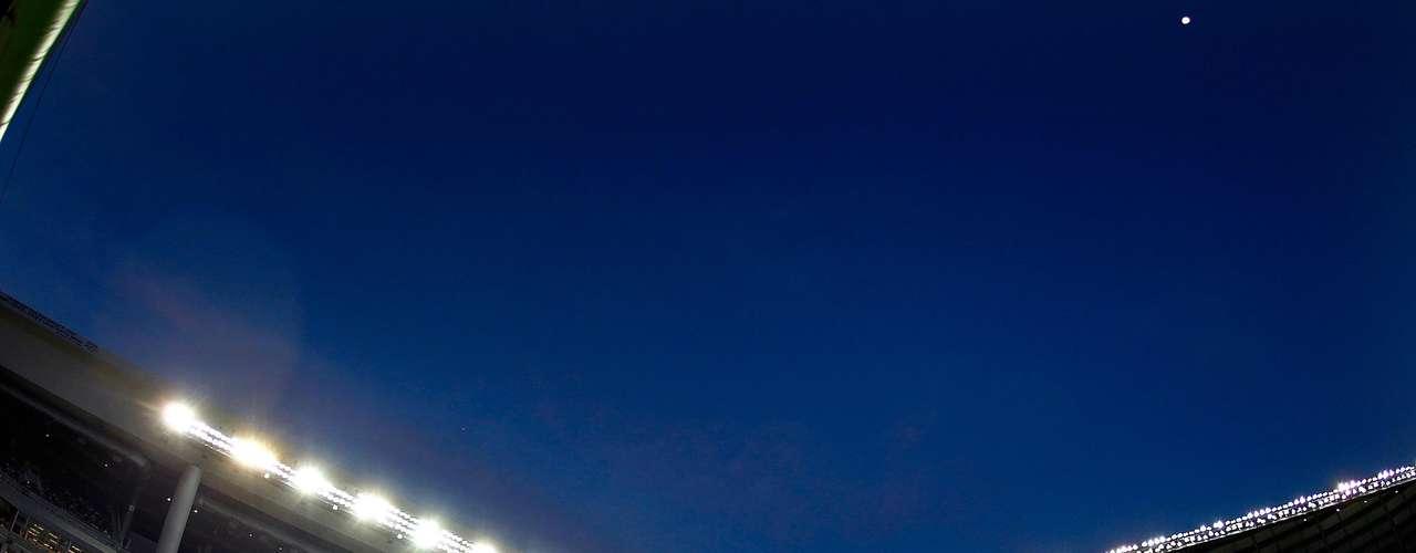El alumbrado contrasta perfectamente con los cielos azules de Miami.