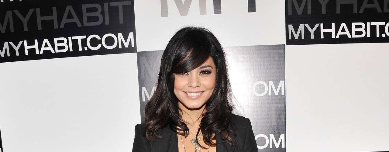 Vanessa Hudgens con un vestido  largo plisado , strapless y en tonos marrones.
