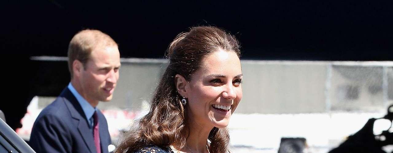 Kate Middleton con una falda plisada a la rodilla en blanco