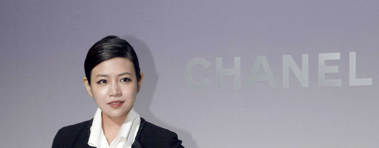 La actriz Michelle Chen con una falda plisada largo en un tono mostaza