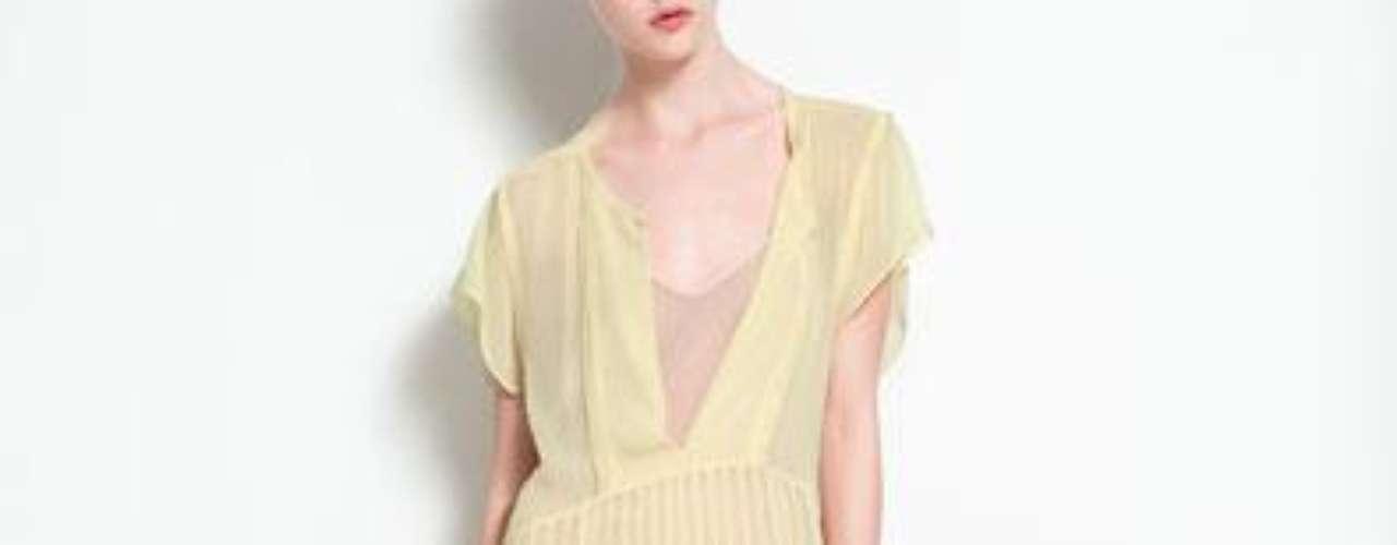 Vestido plisado con aberturas laterales a 99,90 USD en Zara