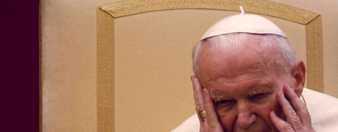 Muerte de Juan Pablo II- El fallecimiento de Juan Pablo II podría resultar inminitente por el estado de salud del antiguo papa. Sin embargo, Dos Santos, adivinó que sería en el año 2005.