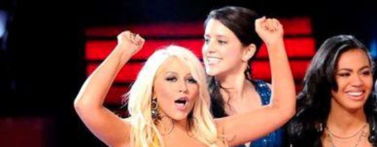 Christina Aguilera reapareció en el programa 'The Voice' con un vestido amarillo ajustado que le resaltaba su esbelta figura y sin duda lucía más delgada en comparación a otras apariciones en el que su sobrepeso era el ojo de las críticas.