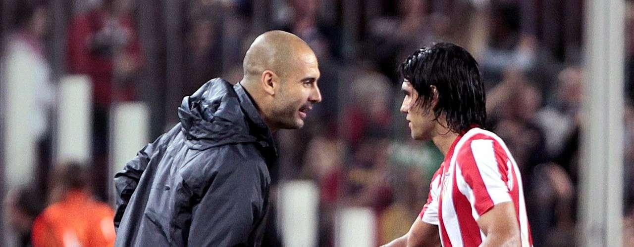 Pep Guardiola definió al delantero colombiano del Atlético de Madrid, Radamel Falcao, como el mejor jugador de área del mundo.