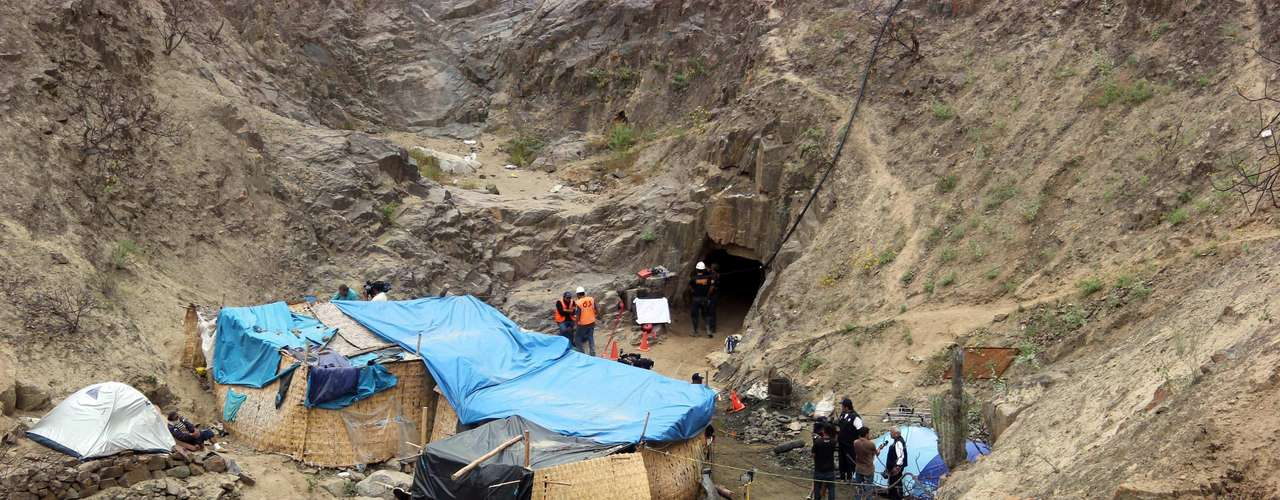 Un nuevo derrumbe dificultó el rescate de los mineros lo que ha obligado a los rescatistas a trabajar por otros frentes para avanzar hacia el lugar donde se encuentran.