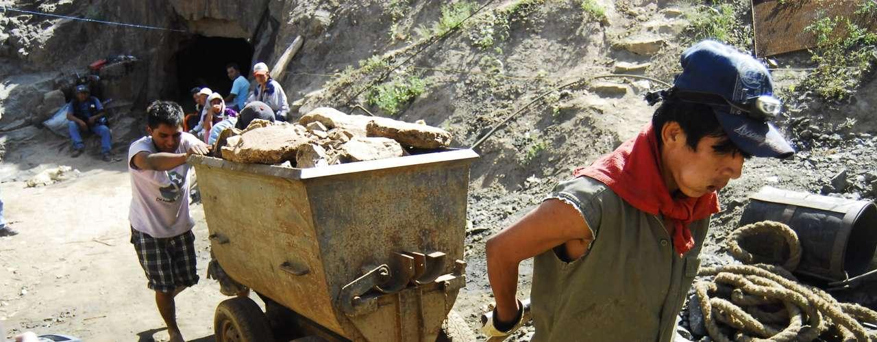 La agencia oficial Andina anunció que unos 15 expertos en minería subterránea de la empresa Antapite, cercana a la zona del derrumbe, se sumaron a las labores de rescate.