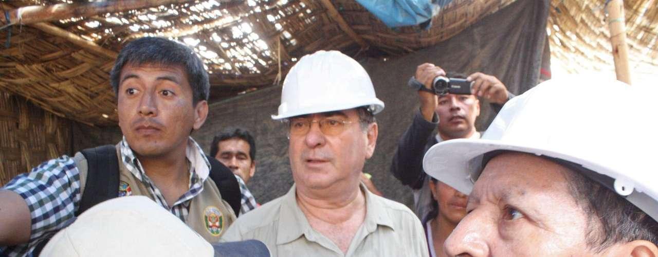 Merino llegó a la zona de la mina, en el distrito de Yauca del Rosario, en la región Ica, junto al presidente del Consejo de Ministros, Óscar Valdés, y el jefe del Instituto Nacional de Defensa Civil (Indeci), Alfredo Murgueytio.