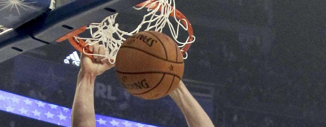 Blake Griffin, complace a los aficionados con sus espectaculares clavadas