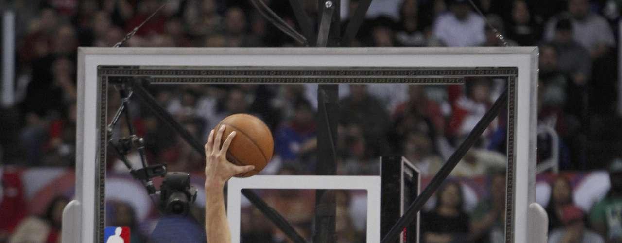Desde cualquier punto en la duela Blake Griffin busca clavar el balón