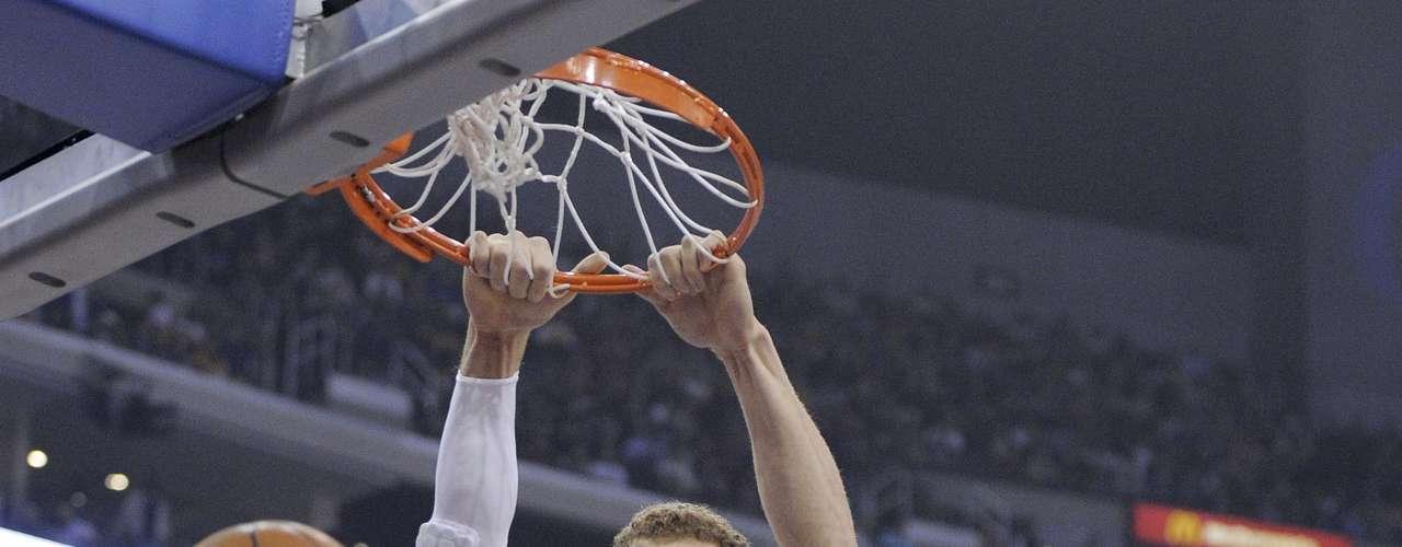 Blake Griffin disfruta clavar el balón con violencia