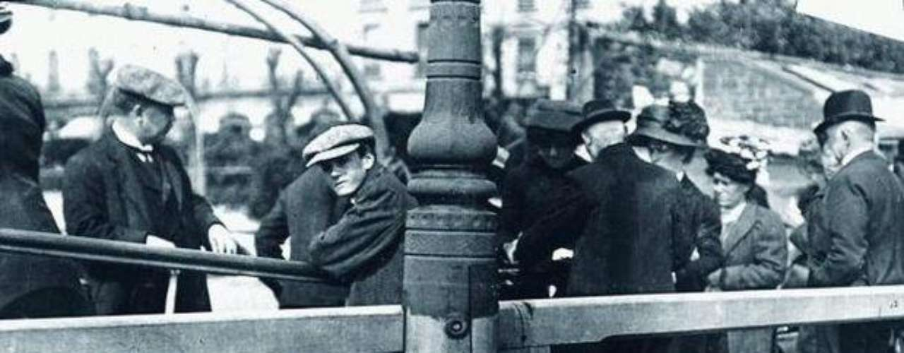 El sitio BuzzFeed publicó estas fotos nunca vistas del Titanic antes del hundimiento. Las nuevas imágenes del Titanic fueron tomadas por el Padre Francis Browne. Cuando el Titanic partió de la parte sur de Inglaterra el diez de abril de 1912, el maestro jesuita Frances Browne abordó el Titanic en vacaciones. El Padre Francis Browne obtuvo varias fotos de sus compañeros a bordo, la mayoría de ellos de viaje a la eternidad. Al día siguiente el Titanic hizo su última parada en la costa del pueblo de Queens, Irlanda. Allí varias personas trajeron al barco a los últimos pasajeros; la mayoría inmigrantes irlandeses que buscaban establecer sus nuevos hogares en América. Y allí desembarcó el afortunado Padre Browne, que murió recién en 1960.