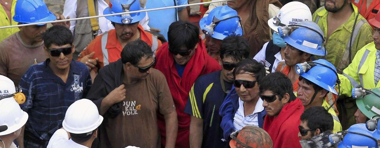Los nueve mineros atrapados desde el pasado jueves en el socavón Cabeza de Negro fueron rescatados esta mañana.Los mineros salieron caminando por sí mismos por el túnel que expertos y brigadistas construyeron en los últimos días en un trabajo sin descanso para sacarlos del socavón en el que habían quedado atrapados desde el jueves, cuando se produjo un derrumbe en la mina Cabeza de Negro, en la región Ica, 282 kilómetros al sudeste de Lima.