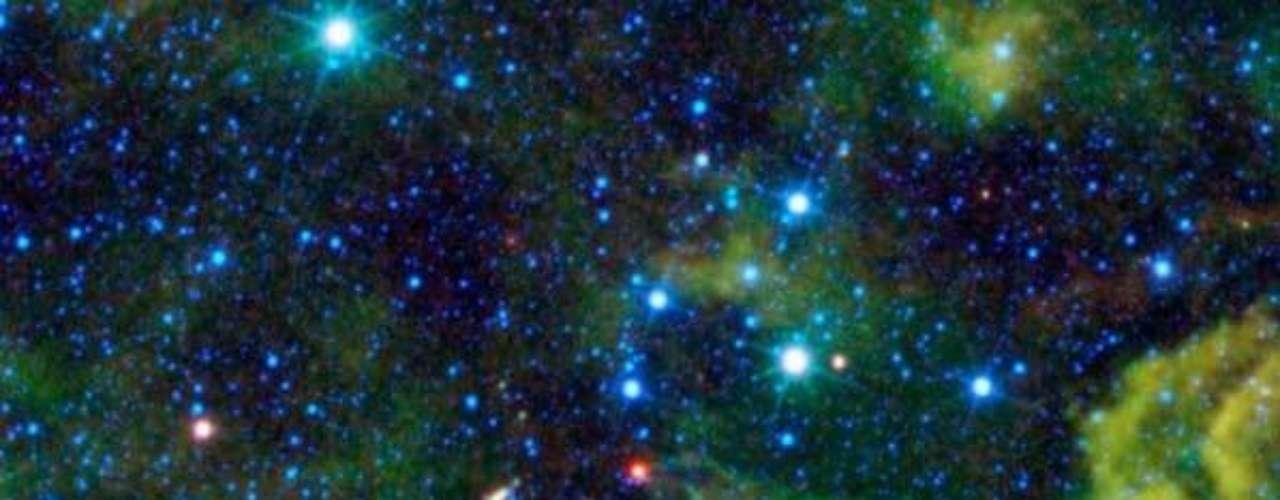 La nube CG4 es vista en esta imagen del WISE que mucho imaginan, gracias a su forma y color, un caimán cósmico comiendo en su derrotero espacial.