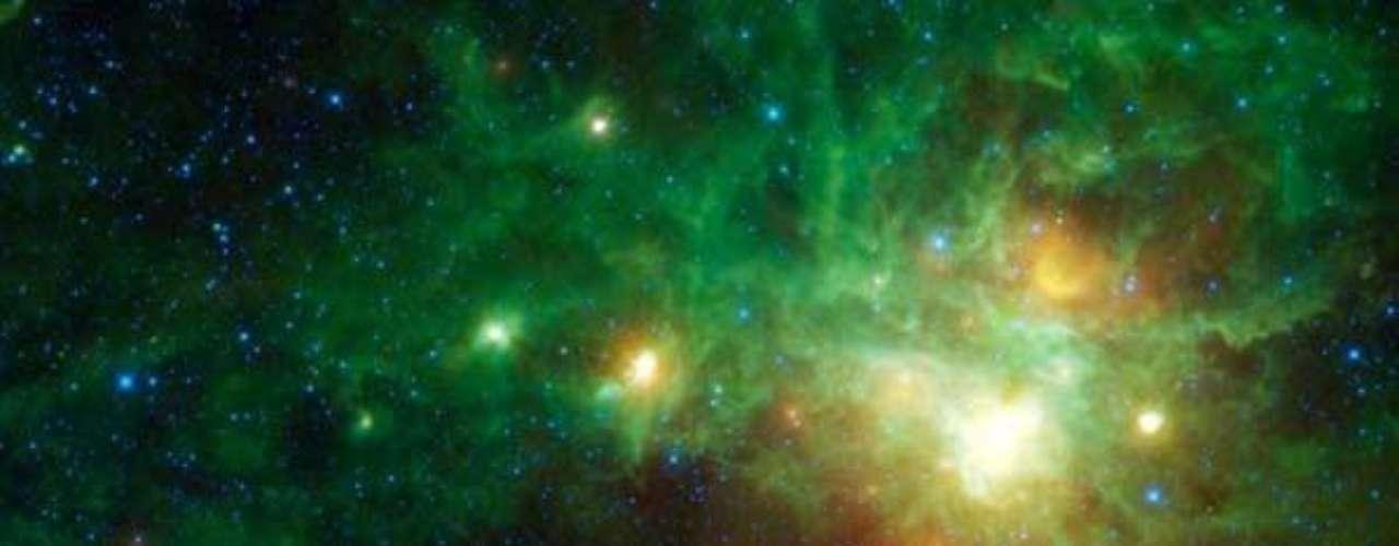 En esta imagen se acumulan varias regiones con estrellas en formación. En esta sola foto se ven cinco centros de nacimiento de estrellas, todos rodeados de gas y polvo que es devorado por las estrellas cercanas.