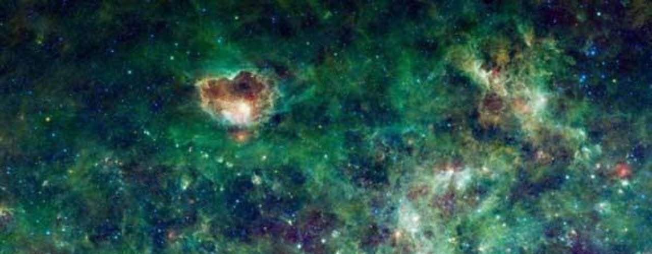 Un gran sector de la Vía Láctea donde se observan las constelaciones Cassiopeia y Cepheus, denominadas en honor a un rey y una reina de la antigua Etiopía, según la mitología griega.
