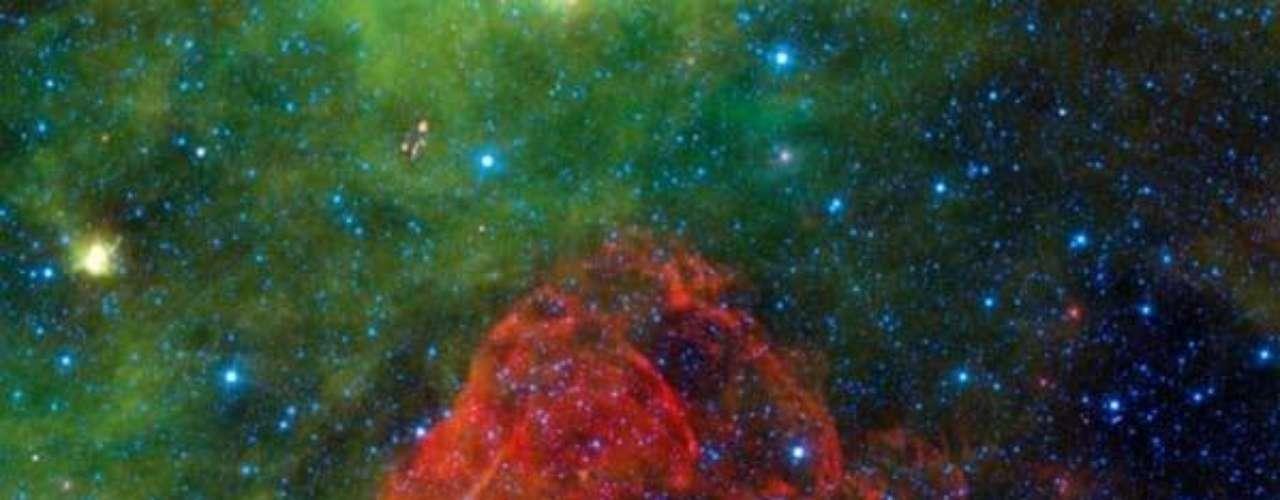 WISE pudo capturar los restos olvidados de Puppis A: la nube de polvo rojo es parte de la explosión de una supernova 3700 años atrás.