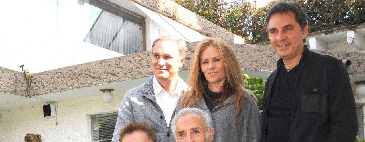 La familia de Julio Alemán se mantuvo cerca del actor y ha recibido grandes muestras de apoyo del público tras el fallecimiento del histrión.