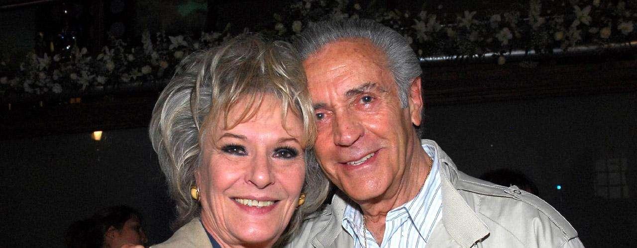 Julio Alemán junto a Rosángela Balbó, con quien actuó en la telenovela 'Las Tontas No Van al Cielo'.