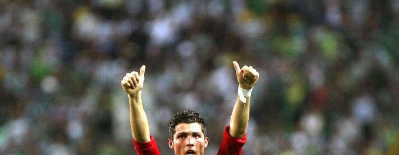 Consolidación de una estrella: Aunque le costó un poco acoplarse al fútbol inglés, Ronaldo empezó en el Manchester United a afianzarse como un jugador de primer nivel.  Paso a paso se abrió un lugar en la titular, fue elevando su cifra goleadora y  continuamente asistía a sus compañeros para gol.  Finalmente se convirtió en el baluarte del United, con el que ganó 10 títulos y varias distinciones individuales. Durante sus últimos años en Inglaterra, Ronaldo ya se había transformado en una estrella del fútbol mundial.
