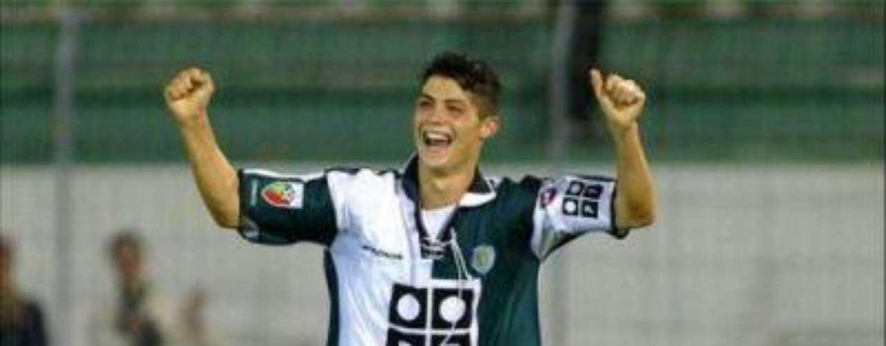 Traspaso al Sporting de Lisboa: A los 15 años uno de los clubes más grandes de Portugal, el Sporting Lisboa, pone sus ojos en Ronaldo, y negocia su pase con Nacional.  La vida del jugador da un cambio de 180 grados, llega e inmediatamente empieza a demostrar sus habilidades y se proyecta como una estrella.