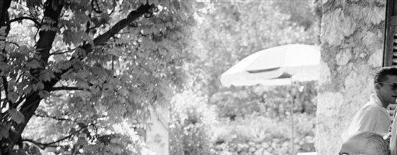 Winston Churchill, líder del Reino Unido en épocas de la Segunda Guerra Mundial, toma alcohol, y mucho. Para el desayuno a como merienda, aunque nunca se pudo asegurar que tenía una dependencia con esa droga. Hitler, en cambio, era un abstemio total. Es más, varias veces lo denigró por tal motivo: lo llamaba el \