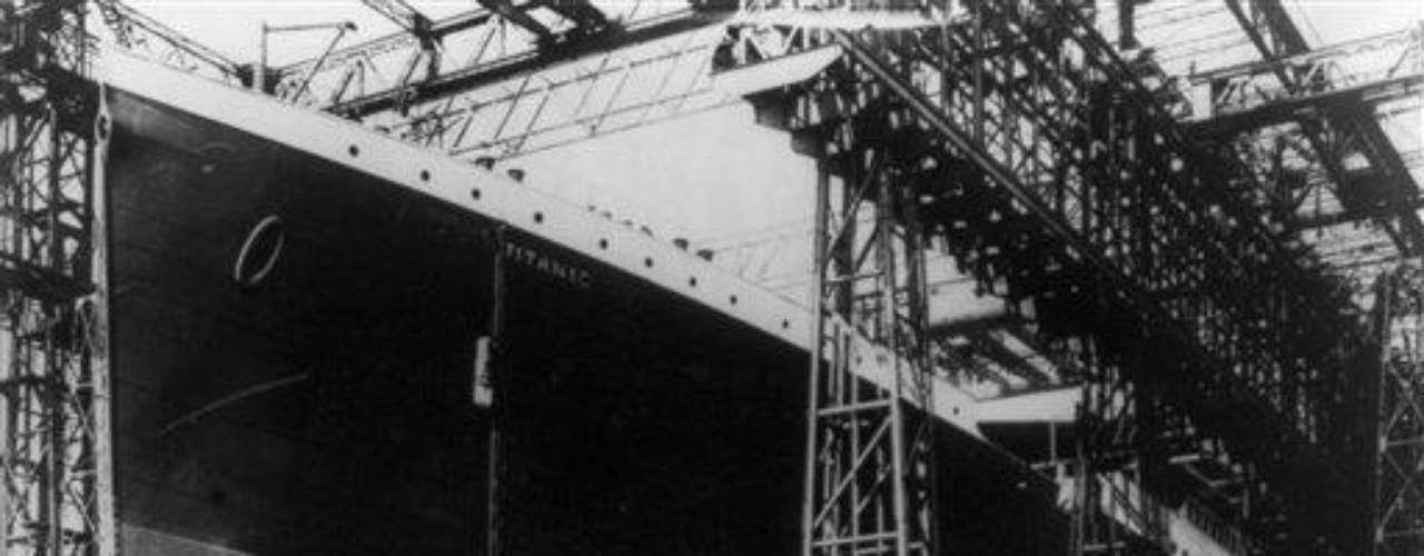 En la tragedia del Titanic murieron 1.517 personas y sobrevivieron 705. El barco era un lujo para su época, contaba con piscina, gimnasio, cancha de squash, baño turco, sala de recepción, bibliotecas, peluquerías, ascensores y estufas eléctricas, además de una decoración exquisita. Tenía 269 metros de largo o eslora.