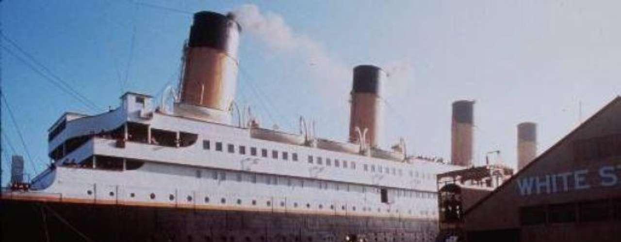 El viaje del Titanic fue placentero en sus días iniciales. A partir del 13 de abril comenzaron a llegar los informes sobre avistamientos de bloques de hielo en su camino, que no fueron tomados muy en cuenta. Sin embargo, el capitán del Titanic, Edward Smith, considerado el mejor en su puesto para la época, ordenó alterar la ruta hacia el sur, para evitar los grandes icebergs. Smith consultó a Bruce Ismay, el presidente de la compañía, si podía bajar la velocidad de 22 nudos, pero éste se negó debido a que quería conseguir el mejor tiempo en el viaje inaugural de la nave.