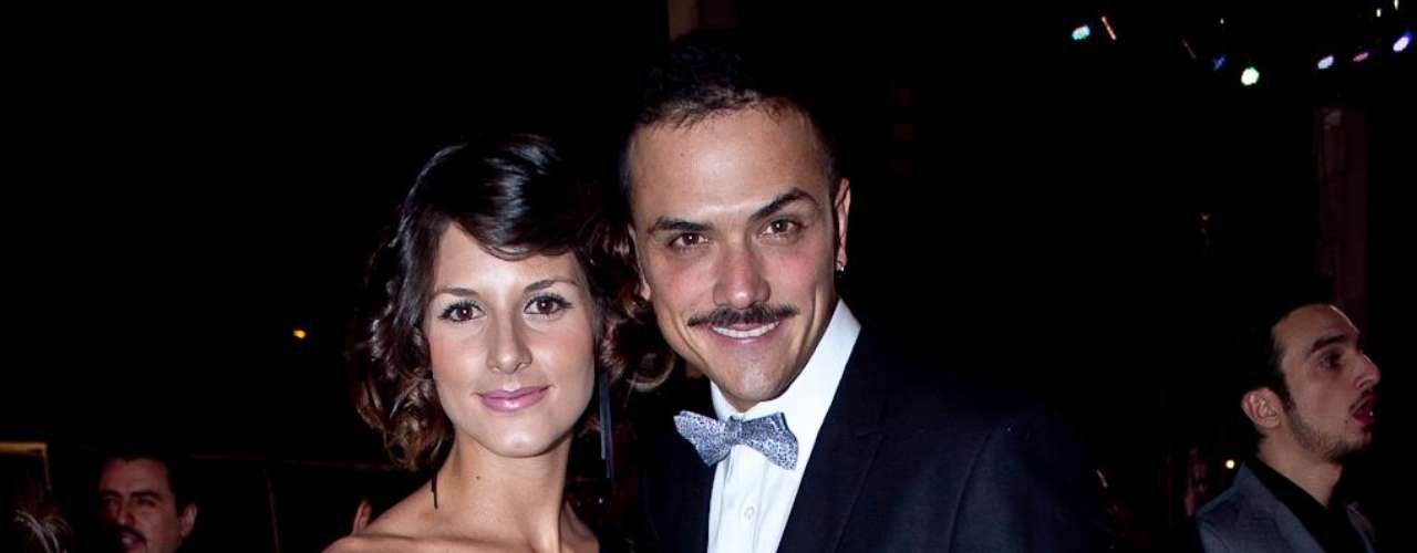 Algunos famosos desfilaron por la alfombra roja de los TVyNovelas en compañía de sus novios o esposos. Estas fueron las parejas que más causaron sensación durante la edición número 21 de los premios. En esta foto Natalia Jeréz y su novio.
