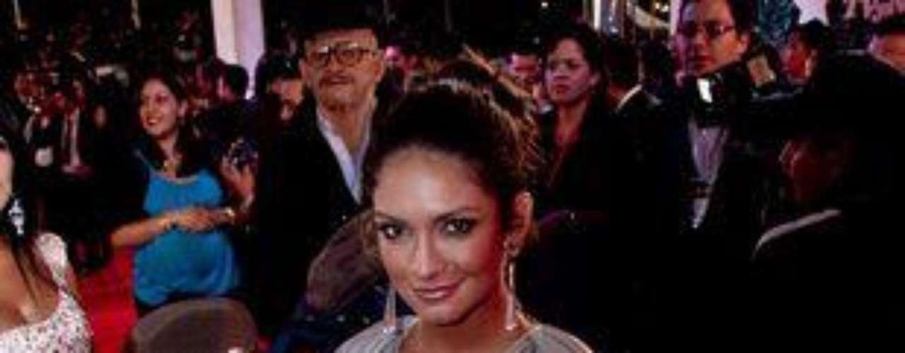 Bueno, sí, aunque parecía que se hubiera robado la bata de la novia de Hugh Hefner para lucirla en la gala. Gran metida de pata de la actriz Kimberly Reyes, estrella de la telenovela 'El Joe, La Leyenda' (RCN 2011).Síguenos en:     Facebook -   TwitterLos mejor vestidos de los Premios TVyNovelas Colombia 2012Así fue la alfombra roja de los premios TVyNovelas Colombia 2012Famosos que se robaron la atención en los premios TVyNovelas Colombia 2012Famosos que se robaron la atención en los premios TVyNovelas Colombia 2012Actrices de novela: ¿De quién es esta gran 'pechonalidad'?Triste realidad: Las estrellas sin maquillajeAmores de telenovela, convertidos en realidadEstrellas de novela que se han desnudado en Playboy