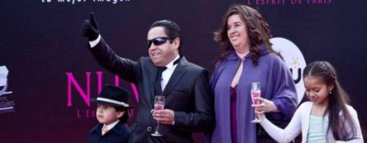 Este reportero de farándula sí que metió la pata. No es que estuviera tan mal vestido, su esposa tampoco (teniendo en cuenta que ella no es de la escena televisiva), pero entrar con tragos en la mano es considerado un pésimo ejemplo para sus pequeñines. Totalmente errado.Síguenos en:     Facebook -   TwitterLos mejor vestidos de los Premios TVyNovelas Colombia 2012Así fue la alfombra roja de los premios TVyNovelas Colombia 2012Famosos que se robaron la atención en los premios TVyNovelas Colombia 2012Famosos que se robaron la atención en los premios TVyNovelas Colombia 2012Actrices de novela: ¿De quién es esta gran 'pechonalidad'?Triste realidad: Las estrellas sin maquillajeAmores de telenovela, convertidos en realidadEstrellas de novela que se han desnudado en Playboy