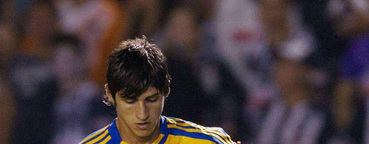 Alan Pulido es una joven promesa del Futbol Mexicano, pero no tiene la experiencia suficiente en Primera División para que un equipo como Chivas, descargue en él, la responsabilidad de los goles.