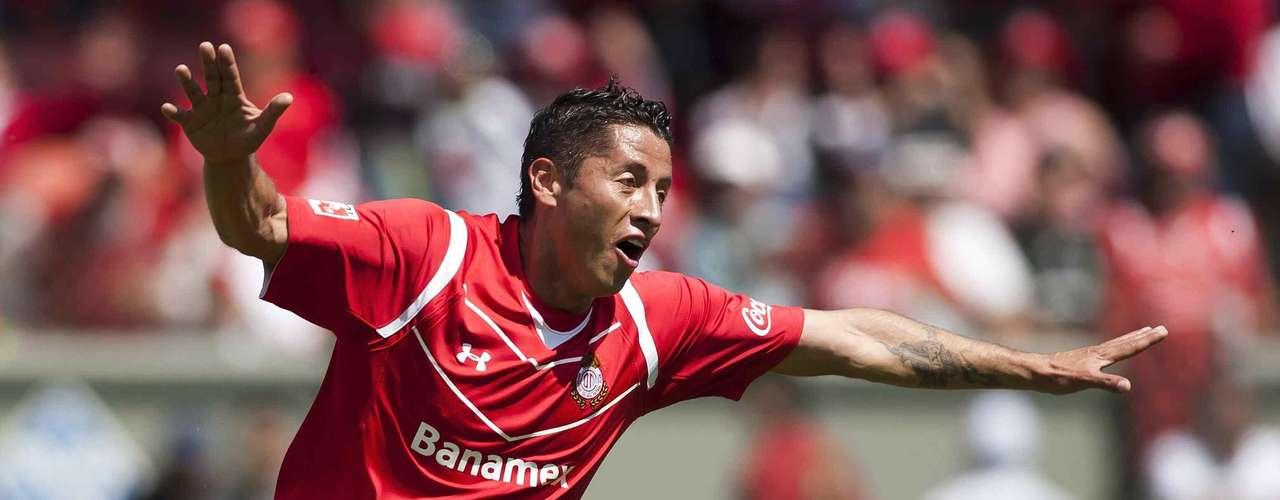 Carlos Esquivel es un jugador netamente local, sólo ha destacado con Toluca, ya que en su paso por Tigres ni siquiera se recuerda su paso por los felinos y con Selección Mexicana, la presión lo termino acabando y jamás volvió a ser llamado. Estar en Chivas, le puede representar la misma presión que cuando se puso la camiseta de México.