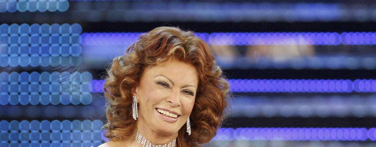 En 1982, Sofia Loren, fue condenada a 30 días en prisión en Italia, por no pagar sus impuestos de manera correcta en la década del 70. La actriz pidió clemencia al presidente de turno, ni aún así se salvó de cumplir parte de la sentencia.