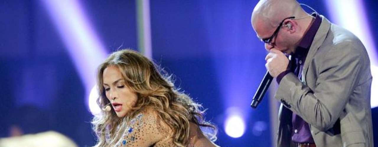Pitbull sintió el poder del trasero de J. Lo en los American Music Awards 2011.