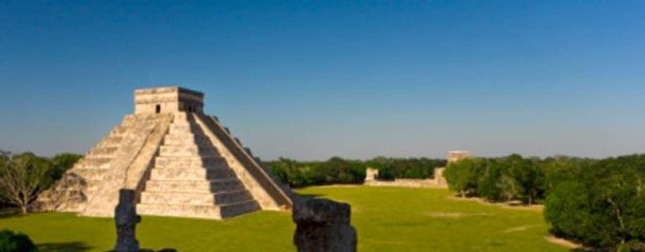 Cada 18 de abril se celebra el Día Internacional de los Monumentos y de los Sitios. Se trata de una iniciativa puesta en marcha por la UNESCO. Y como este es un buen pretexto para visitar los múltiples monumentos de nuestro país, aquí te dejamos algunos ejemplos. Comenzamos con Chichén Itzá, con su impresionante Templo de Kukulcán, en Yucatán.
