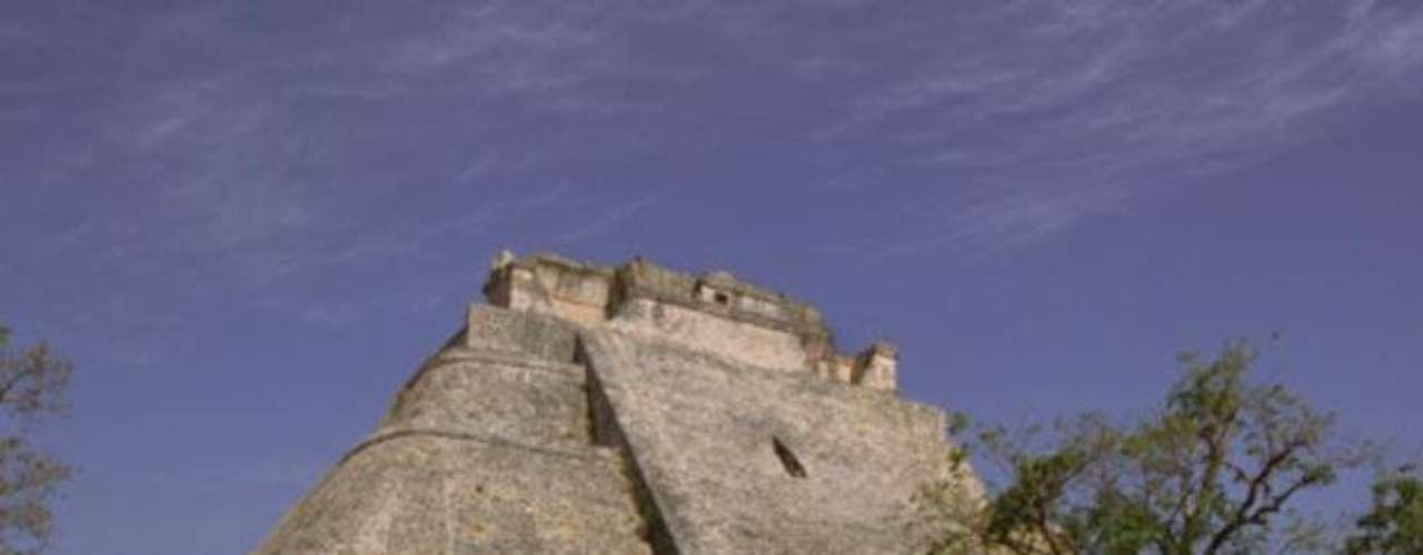 Uxmal. Es uno de los más importantes centros ceremoniales mayas. Localizado en Mérida, destaca por su Pirámide del Adivino.