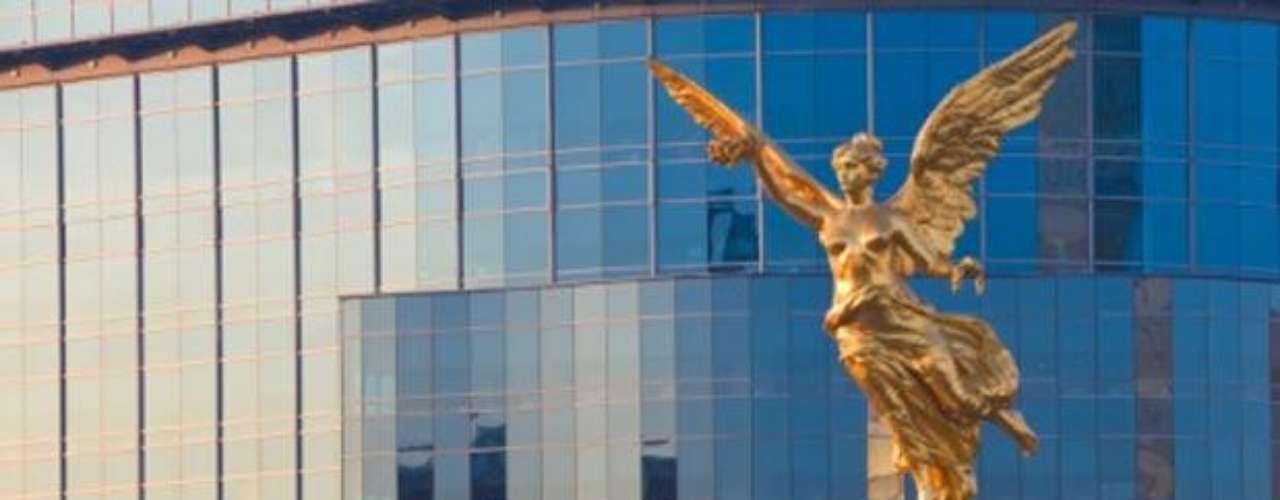 Monumento a la Independencia. Se encuentra en la capital mexicana y conmemora el movimiento de liberación consumado en 1810. Fue construido para celebrar el Centenario de la Independencia y contiene los restos de Miguel Hidalgo, Ignacio Allende, Vicente Guerrero y Leona Vicario, entre otros.